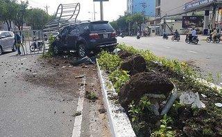 Tin nhanh - Say rượu, tài xế mất lái khiến 'xế hộp' leo dải phân cách, húc đổ cây xanh