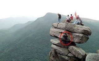 Cộng đồng mạng - Thót tim cảnh các 'thánh sống ảo' check-in trên mỏm đá cheo leo ở Quảng Ninh
