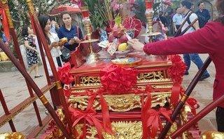 Văn hoá - Tiền lẻ được du khách nhét đầy vào kiệu mặc dù chưa khai ấn