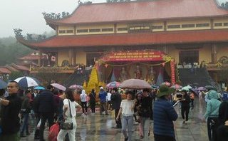 Văn hoá - Người dân đội mưa về chùa Ba Vàng cầu an