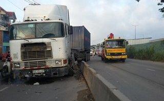Chính trị - Xã hội - TP.HCM: Tài xế ngủ gật, xe container náo loạn quốc lộ