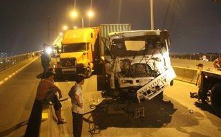 Chính trị - Xã hội - Tai nạn liên hoàn, 3 container dính chặt nhau trên cầu Phú Mỹ
