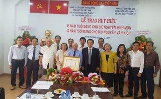 Chính trị - Trao huy hiệu hơn 40 năm và 45 năm tuổi Đảng cho 2 hội viên lão thành