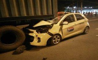 Tin nhanh - Taxi tông đuôi container dừng giữa đường, tài xế tử vong