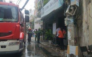 Tin nhanh - TP.HCM: Cháy nhà lúc giữa trưa, một người bị mắc kẹt