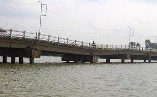 Mới- nóng - Clip: Cầu sụt lún nghiêm trọng, 'chờ sập' tại Quảng Nam