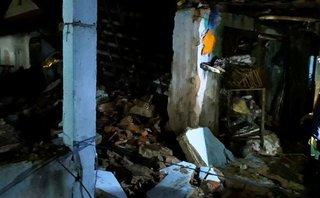 Xã hội - Tường kho xăng đổ sập đè nát ngôi nhà bên cạnh, 3 người nhập viện