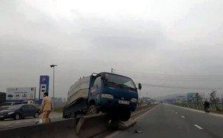 """Tin nhanh - Tránh bò trên quốc lộ, xe chở bia đâm ô tô tải """"bay"""" lên dải phân cách"""