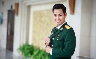 Giải trí - Nguyên Khang mặc trang phục sĩ quan dẫn Gala Sao nhập ngũ