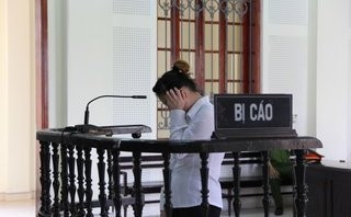 Pháp luật - Bị tuyên án 3 năm vì bán cháu họ, nữ quái òa khóc nức nở