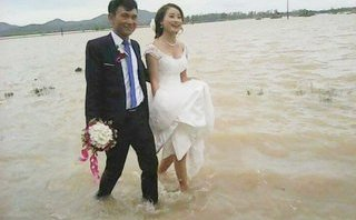 Xi nhan Trái Phải - Đám cưới trong ngày lũ: Chẳng ai sung sướng đâu, đừng khen!