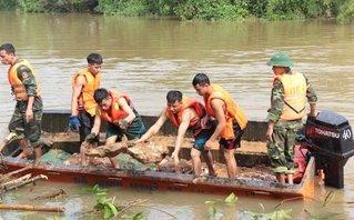 Xã hội - Các chiến sỹ vật lộn dưới dòng nước, gia cố chân đê có nguy cơ vỡ