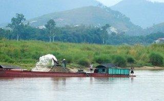 An ninh - Hình sự - Nghệ An lần đầu khởi tố giám đốc HTX cho tàu ngang nhiên hút cát