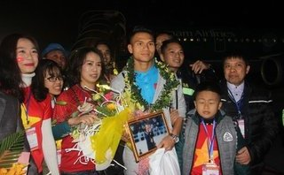 Bóng đá Việt Nam - Khoảnh khắc các cầu thủ U23 xứ Nghệ trở về trong vòng tay người thân