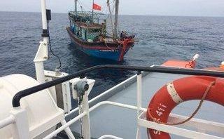 Tin nhanh - Cứu tàu cá và 8 thuyền viên trôi 3 ngày trên biển