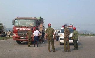 Tin nhanh - Va chạm với xe tải, thai phụ cùng con trai 3 tuổi tử vong tại chỗ