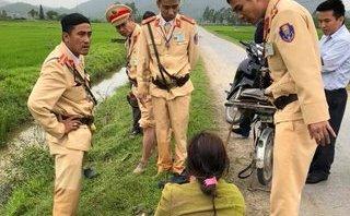 Tin nhanh - Nghệ An: 4 chiến sĩ CSGT kịp thời cứu người phụ nữ rơi xuống mương nước