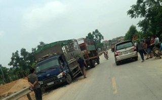 Tin nhanh - Người dân cạy cửa, kéo tài xế xe tải bị kẹt sau vụ va chạm
