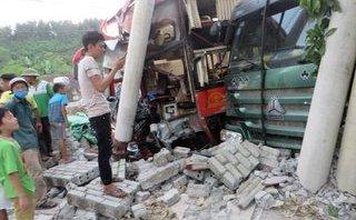 Tin nhanh - Xe khách va chạm xe tải, hàng chục người hoảng sợ la hét