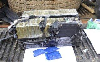 An ninh - Hình sự - Bắt đối tượng vận chuyển hàng chục bánh heroin xuống Hà Nội