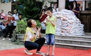 Ngôi sao - Mỹ Tâm gửi 200 món quà đặc biệt đến học sinh giỏi Quảng Nam