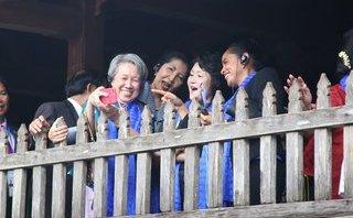 Xã hội - Phu quân, phu nhân lãnh đạo APEC thích thú ngắm phố cổ Hội An