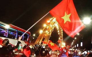 Xã hội - Cờ đỏ sao vàng tung bay trong tiệc ăn mừng của người hâm mộ