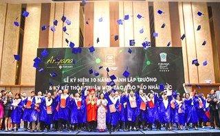 Giáo dục - Sinh viên phấn khởi tung mũ cử nhân trong giây phút nhận bằng tốt nghiệp