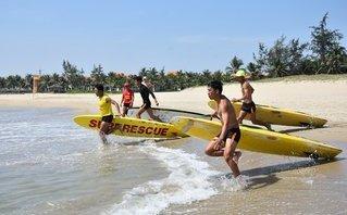 Tin nhanh - Đà Nẵng: Ngắm 'dàn trai 6 múi' cứu hộ trên bờ biển