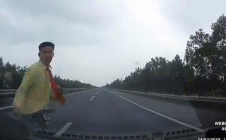 [VIDEO] Lạnh gáy khi người đi bộ lao vào đầu ô tô đang chạy 100 km/h