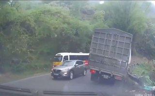 Sau vô lăng - Ô tô vượt ẩu dồn xe tải vào 'đường chết'