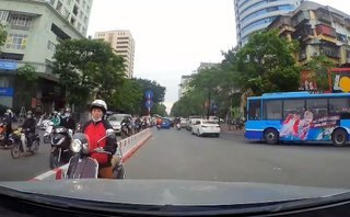 Sau vô lăng - [VIDEO] Đi ngược chiều, 'Ninja' Việt bị tài xế ô tô ép lùi trên phố Hà Nội