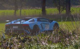 Siêu bò Lamborghini Aventador SV xuống vệ đường sau cú hỏng cua
