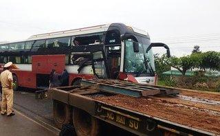 Tin nhanh - Xe khách va chạm xe đầu kéo, hàng chục hành khách hoảng loạn