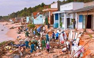 Xã hội - Bình Thuận: Sóng biển xâm thực gây sạt lở, đánh sập 11 nhà dân