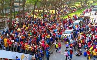 Tin nhanh - Hàng ngàn công nhân Đồng Nai bỏ việc, tràn ra quốc lộ phản đối thang lương mới