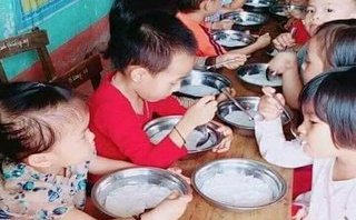 Giáo dục - Phụ huynh bức xúc vì bữa ăn trẻ mầm non chỉ có bún trắng chan nước