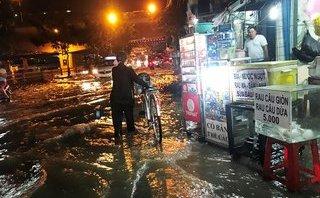 Xã hội - Cận cảnh những tuyến đường ở TP.HCM chìm trong biển nước