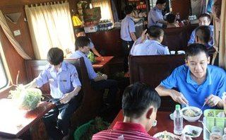 Xã hội - Bữa ăn miễn phí trên tàu hoả 'chuẩn hàng không' có những gì?