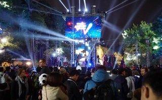 Xã hội - Hà Nội kín đặc người ở Hồ Gươm chờ đợi khoảnh khắc Countdown-đếm ngược