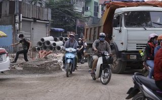 Xã hội - Chùm ảnh: Đường Phạm Văn Đồng ùn tắc, phương tiện giao thông lao vào khu vực thi công