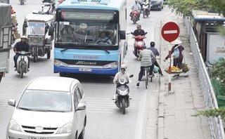 Dân sinh - Chùm ảnh: Dùng điện thoại, ngang nhiên lấn làn xe bus nhanh