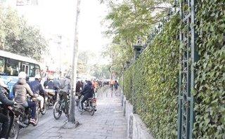 Xã hội - Hà Nội: Xe máy bất chấp leo vỉa hè, xe đạp luồn lách trong rào chắn