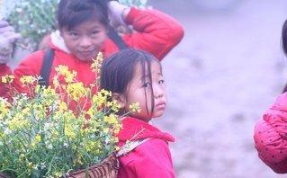 Đời sống - Những đứa trẻ làm người mẫu giữa khu du lịch đồi chè trái tim