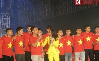 Bóng đá Việt Nam - Mỹ Tâm, Phương Thanh cháy hết mình cùng U23 Việt Nam