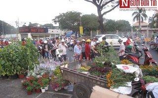 Xã hội - TP.HCM: Hoa Tết đại hạ giá, người bán thà vứt bỏ chứ không bán rẻ