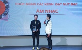 Sự kiện - Đàm Vĩnh Hưng, Hà Anh Tuấn nhận nút Bạc của YouTube