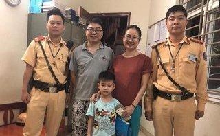 Tin nhanh - Bé trai đi lạc được CSGT phát hiện đưa về nhà