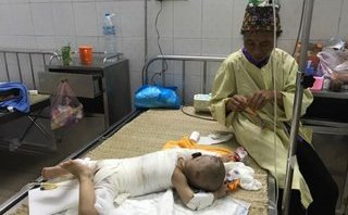 Chính trị - Xã hội - Xót xa gia cảnh bé gái bỏng nặng, bố mẹ mù lòa