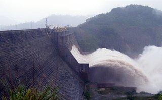 Chính trị - Xã hội - Lưu lượng về hồ Hòa Bình giảm, đóng tất cả các cửa xả đáy